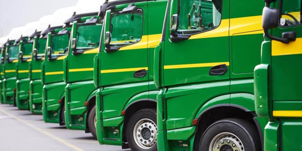 Fila de camiones verdes