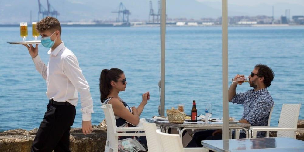 COVID camarero terraza