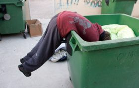 España miseria comida contenedor basura