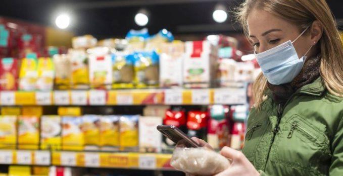 Mujer mascarilla supermercado