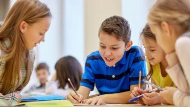 Alumnos trabajando en clase - colegio - escuela